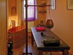 Stojan na shirodharu , nádoba a masážní stůl z masivu.